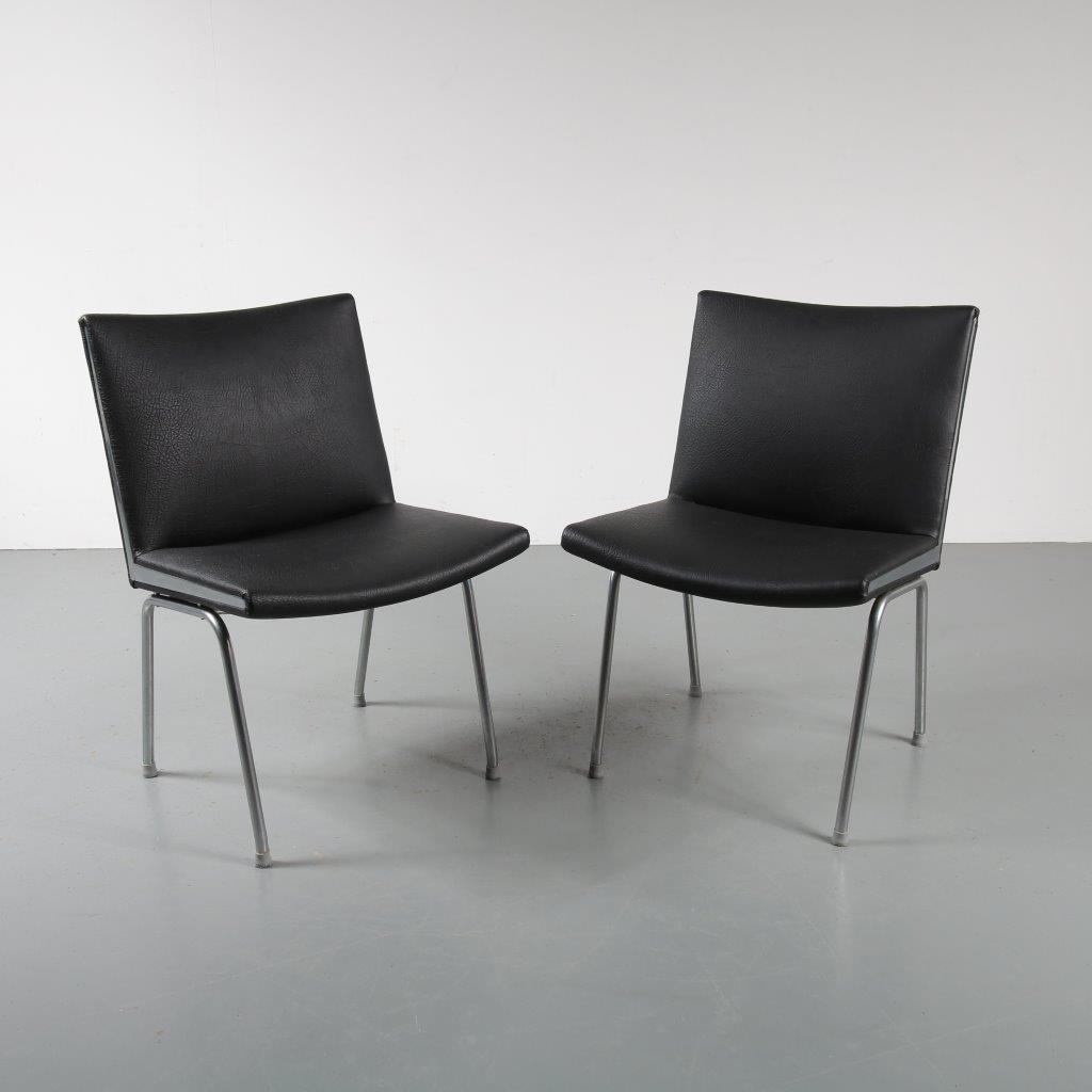 1950s Pair of AP40 black leather airport chairs by Hans J. Wegner for AP Stolen Denmark