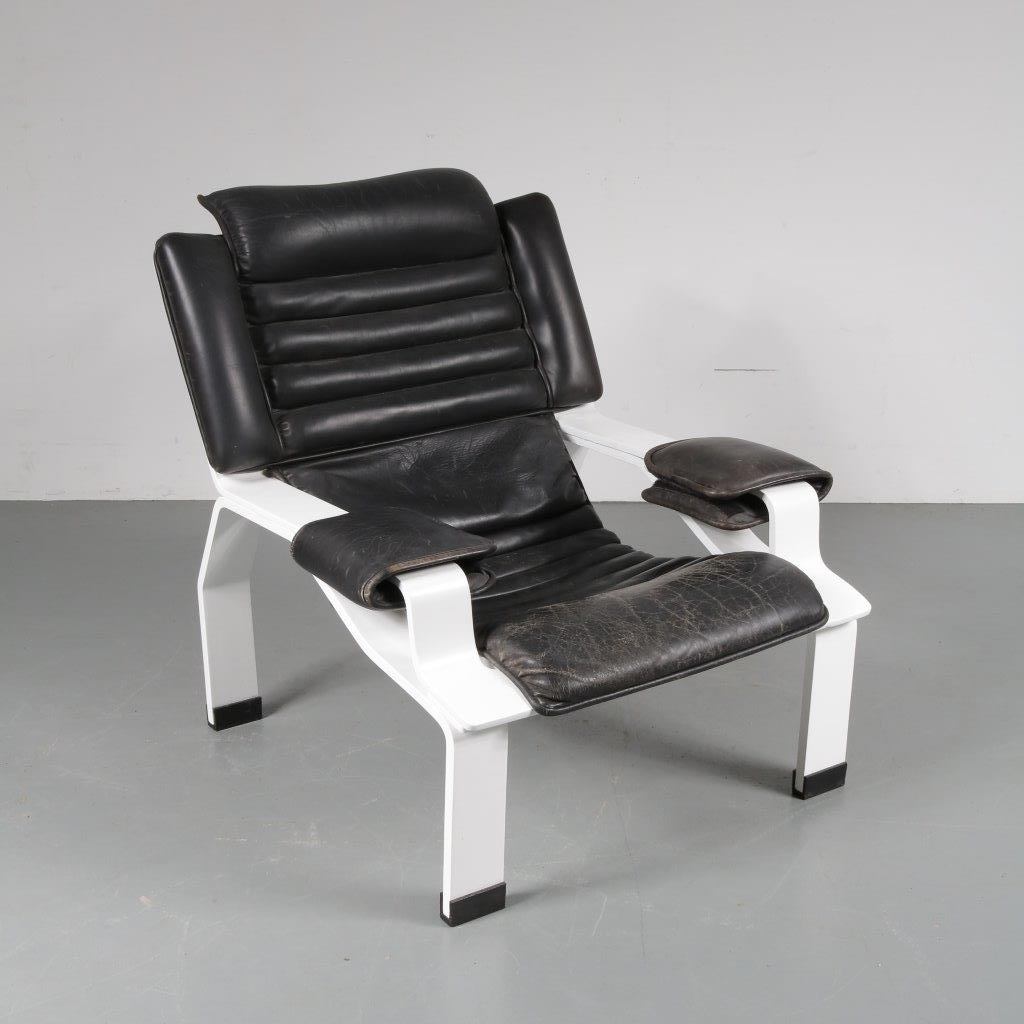 1965s Unique white painted plywood easy chair with black leather upholstery. The wooden frame is repainted and restored. The foam in the cushion needs to be replaced. Earliest edition! Rare. Joe Colombo Comfort Meda Milan / Italy