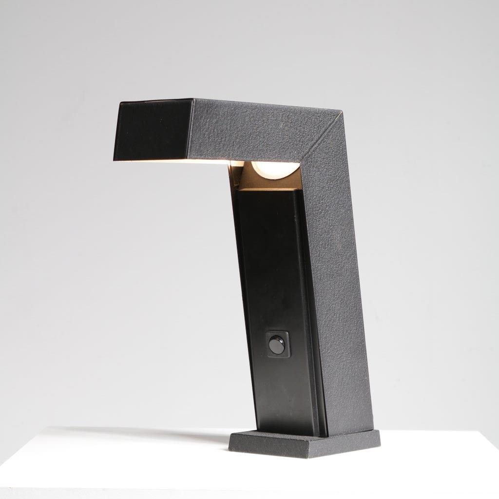 m22507 1960s Sarfatti style table lamp in black metal Italy