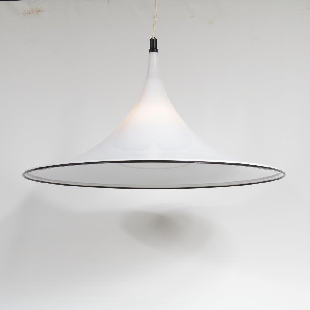 L4135 1970s Large trumpet shape hanging lamp in white plexiglass with black edge Italy