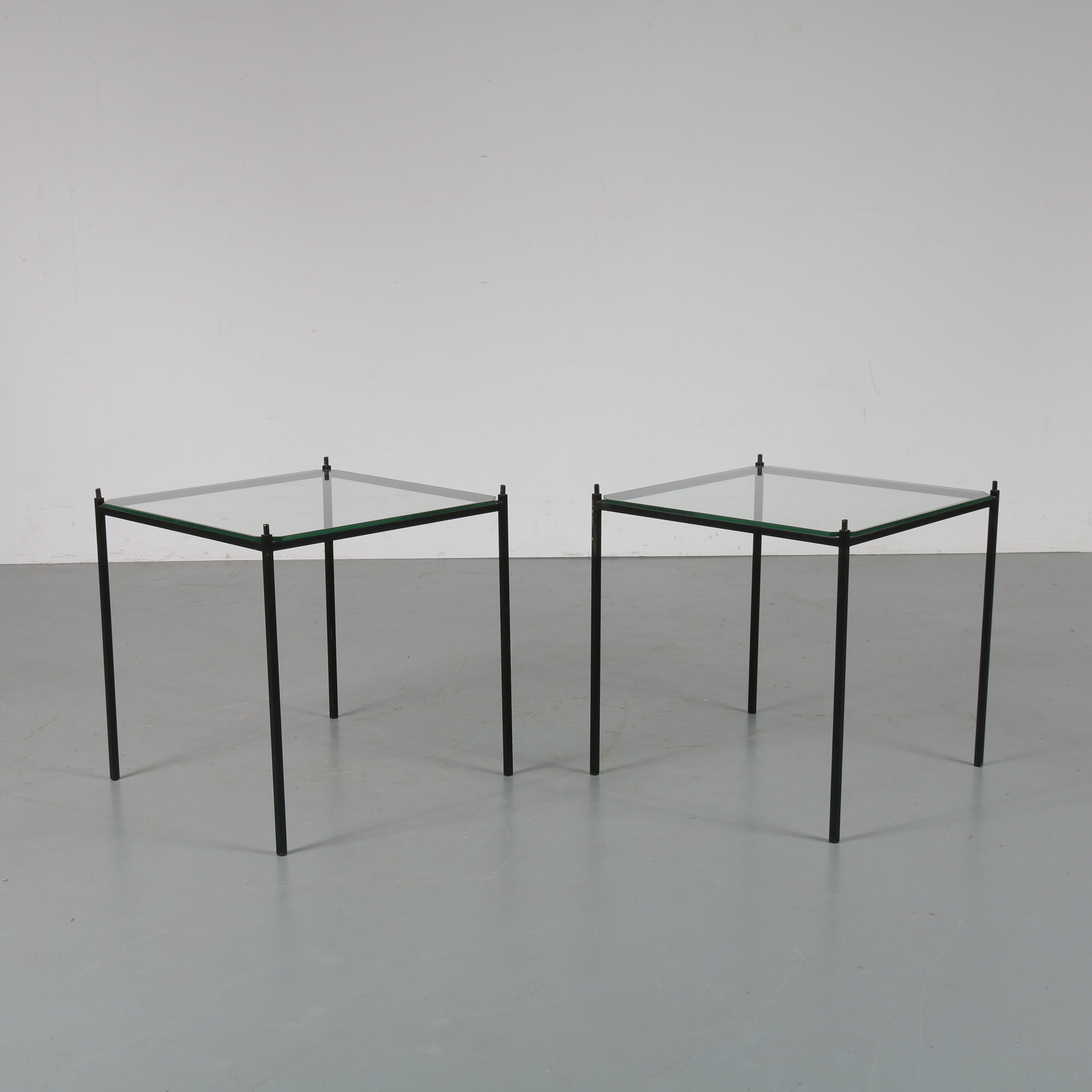m23083 1950s Set of 2 stackable side tables on thin black metal base with glass tops
