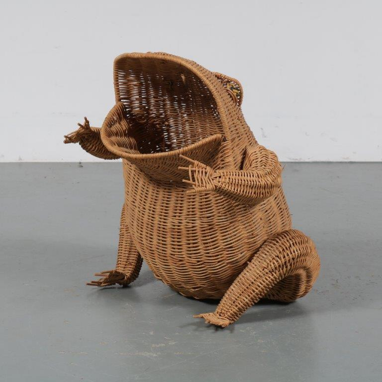 m23099 1970s Wicker magazine rack in the shape of a frog Netherlands