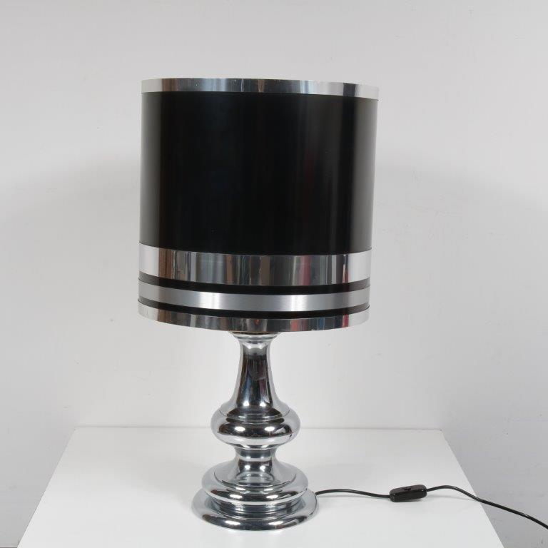 L4141 1970s Large table lamp on chrome metal base with black hood and chrome details
