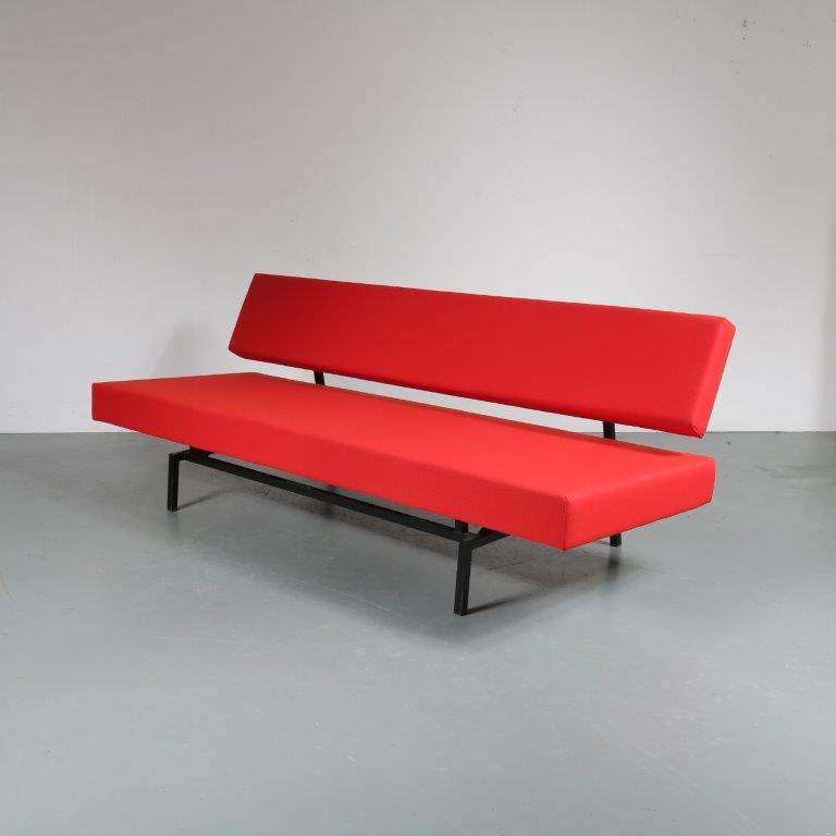 m23121 1950s 3-Seater sofa / sleeping bench on square black metal base with new upholstery Martin Visser Spectrum / Italy