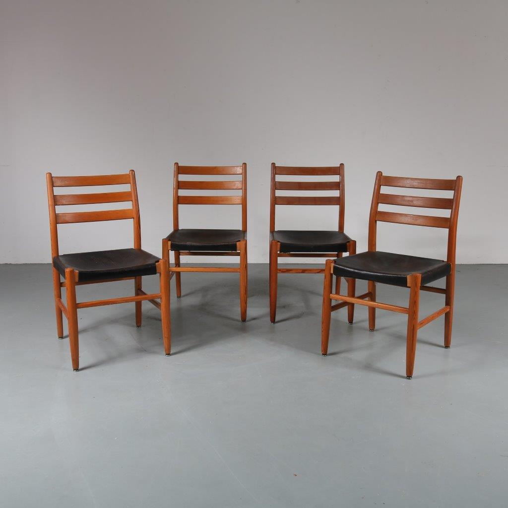 m23298 1960s Set of 4 pine wooden dining chairs with black saddle leather upholstery Scandinavian