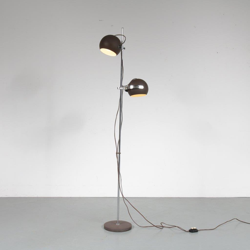 L4258 1960s Chrome metal floor lamps with brown metal foot and two brown metal ball shaped hoods adjustable in height Netherlands