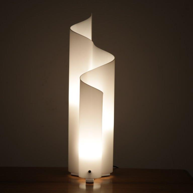 L4214 1970s White plexiglass floor / table lamp with beautiful curvey blablabla shape model Mezza Chimera Vico Magistretti Artemide / Italy