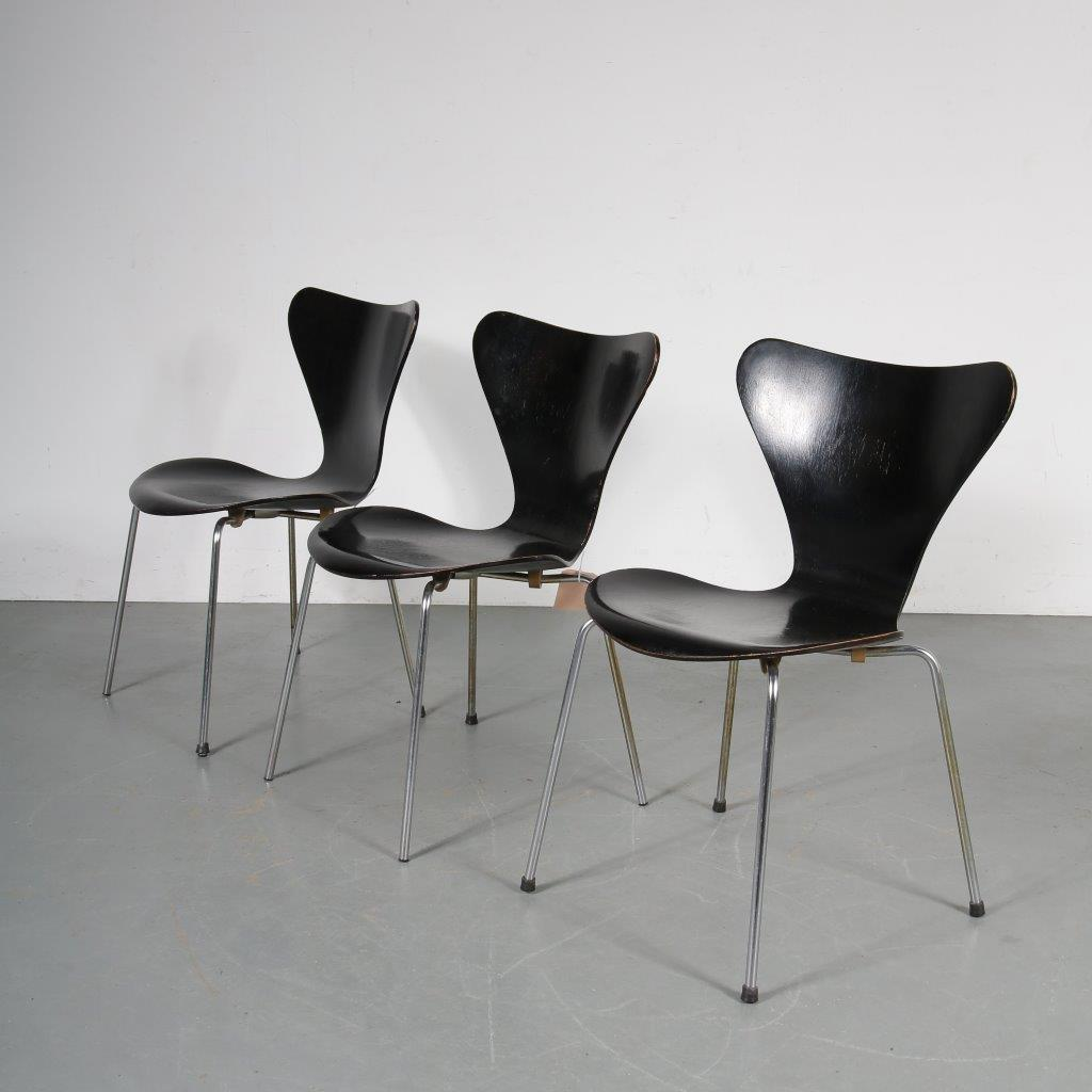 m23712-14 1950s Model 7 chair in black wood with chrome metal base, first edition Arne Jacobsen Fritz Hansen / Denmark