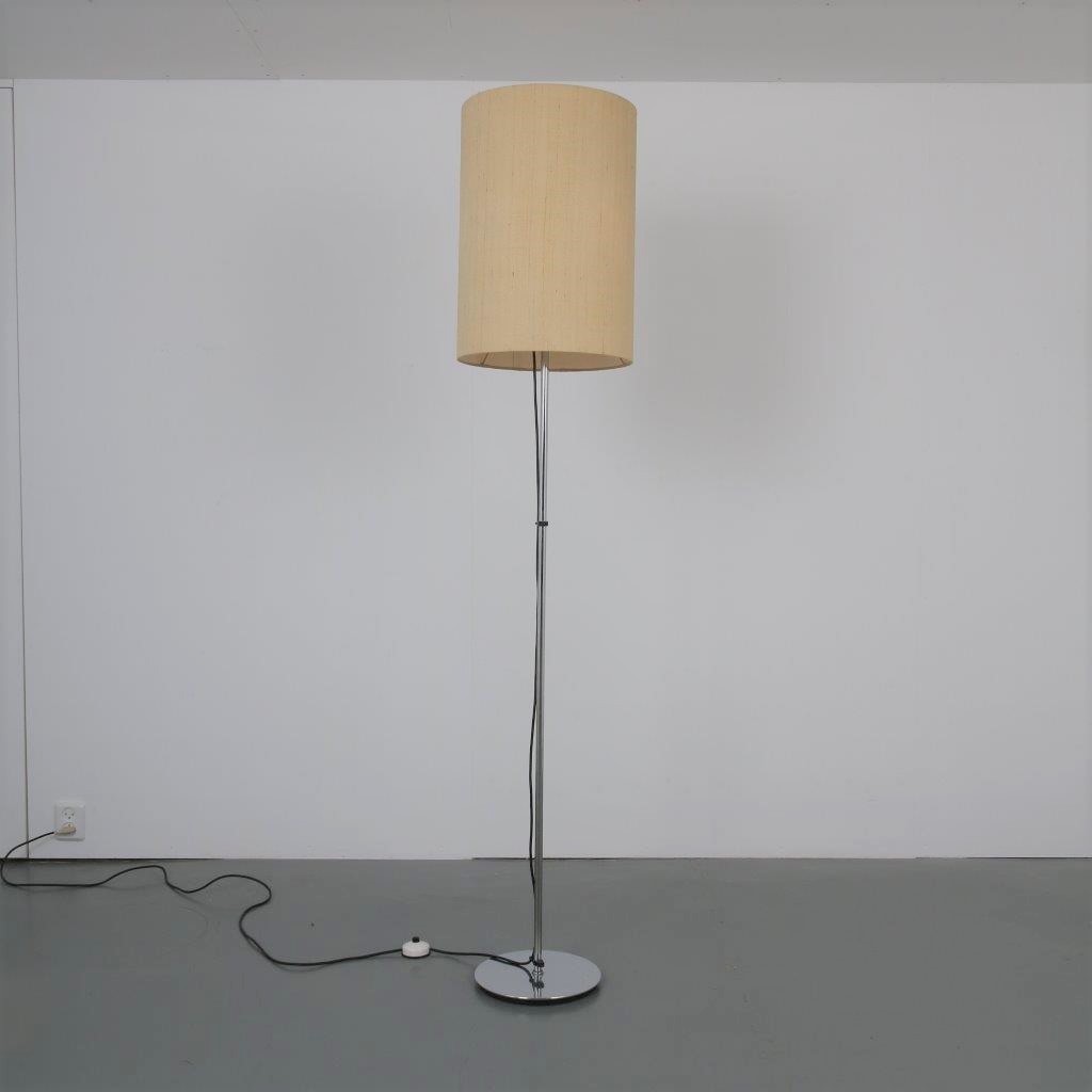 1911 6 (196) L4409 1960s Floor lamp on chrome metal base with cilinder shaped fabric hood