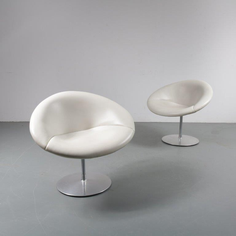m23549 1970s Pair of little Globe easy chairs on round chrome metal swivel base Pierre Paulin Artifort / Netherlands