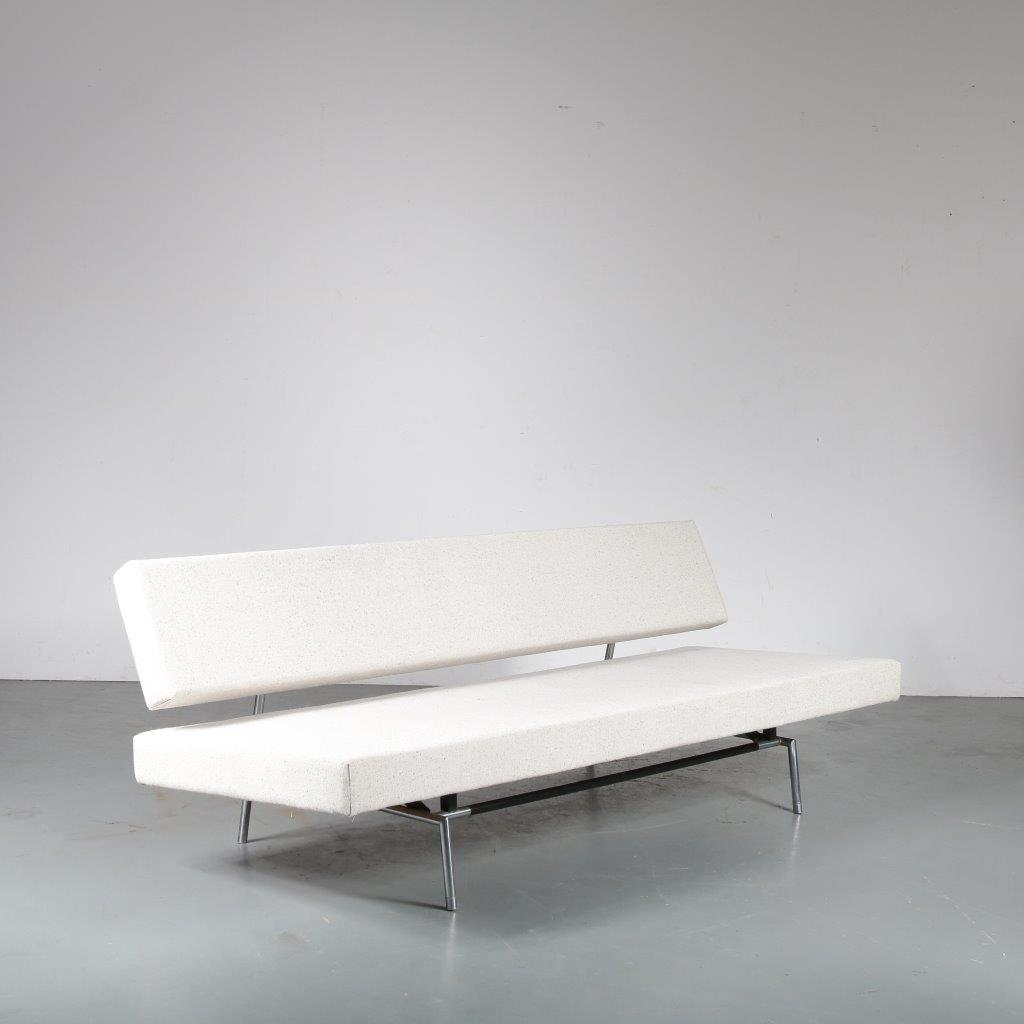 m23917 1960s 3-Seater sofa / sleeping bench on round chrome with black metal base and new upholstery Martin Visser Spectrum / Netherlands