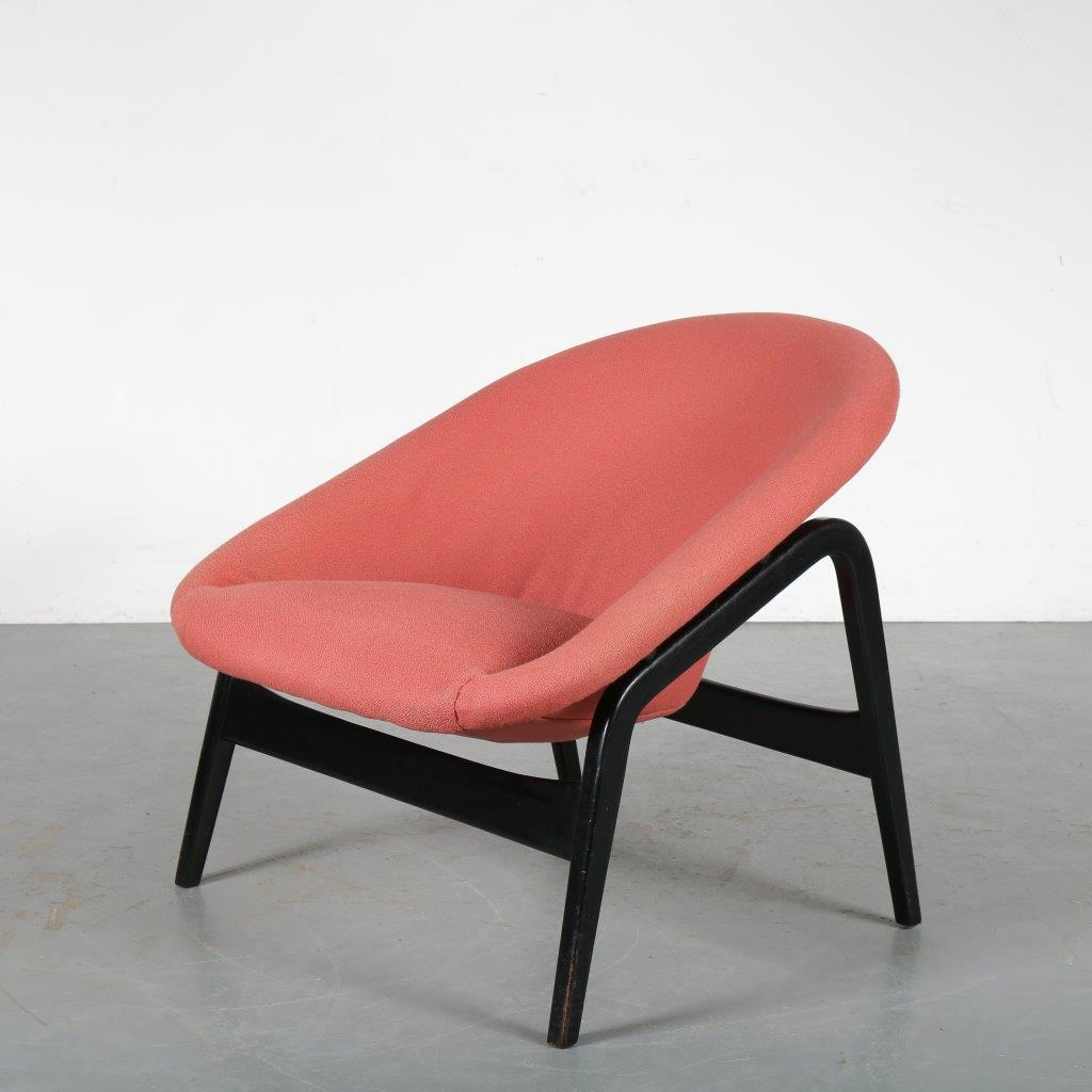 m24037 1950s Model 118 chair on black wooden base with original red upholstery Hartmut Lohmeyer Artifort / Netherlands