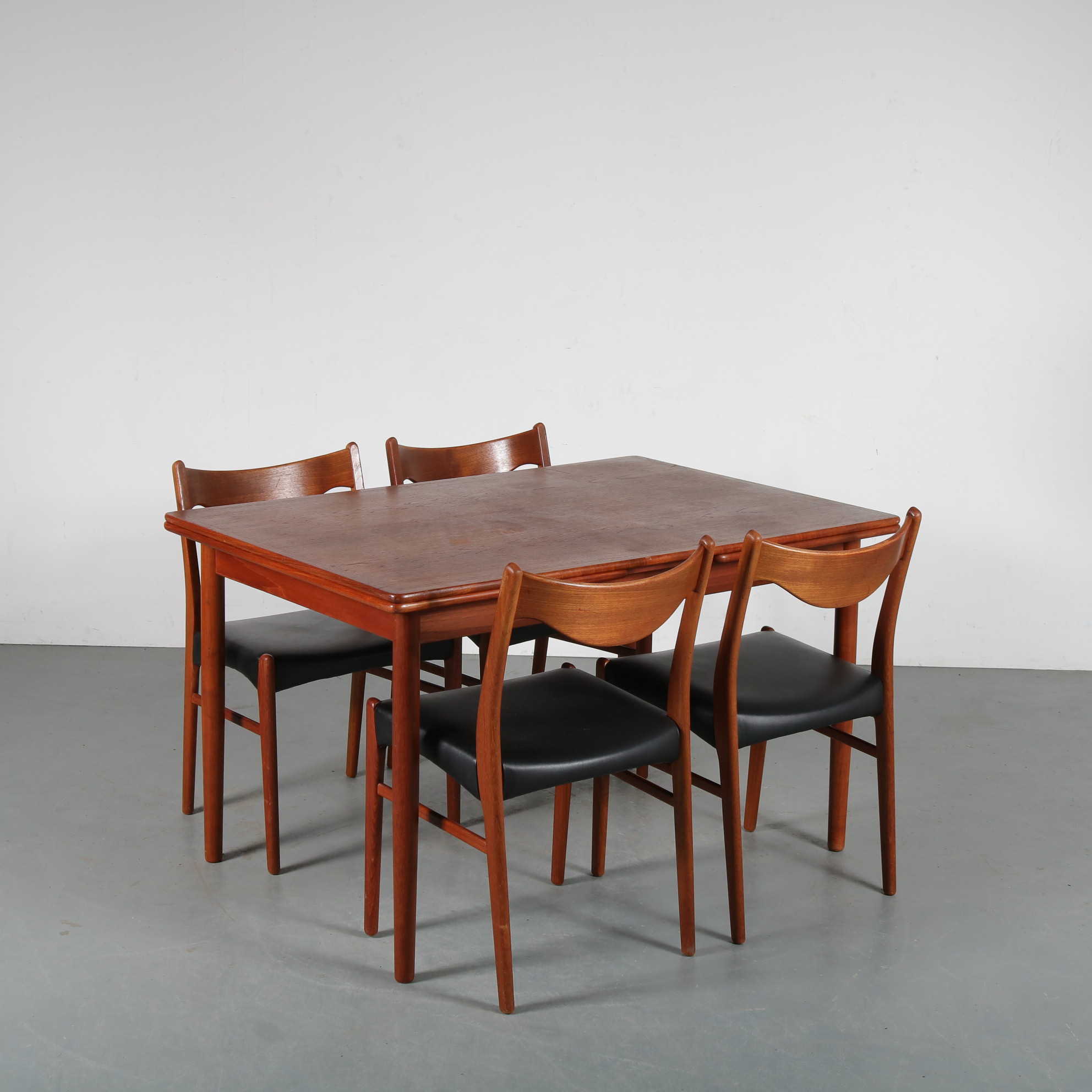 m24102 1960s Danish dining set: extendible table with four chairs with black skai upholstery Denmark