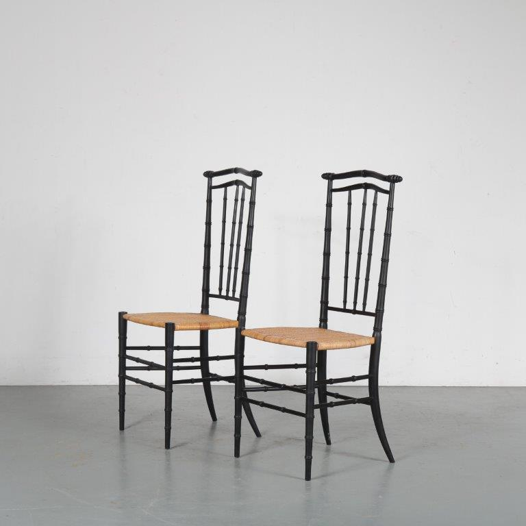 m24559 1950s Pair of black wooden side chairs with fine rush upholstery Chiavari / Italy