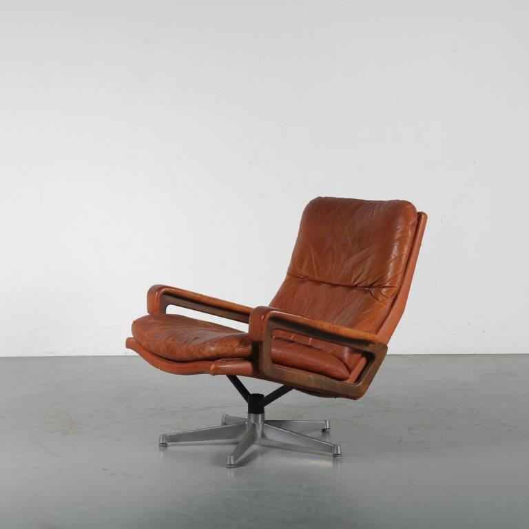 m23977 1960s King chair on chrome with black metal base and cognac leather upholstery André Vandenbeuck Strassle / Switzerland