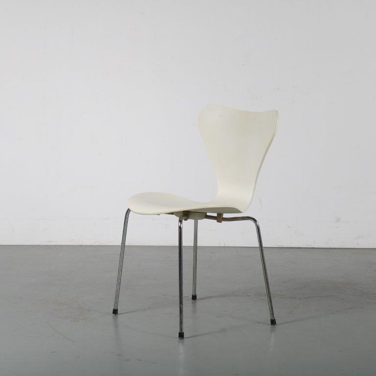 m24494 1980s White butterfly chair on metal base Arne Jacobsen Fritz Hansen / Denmark