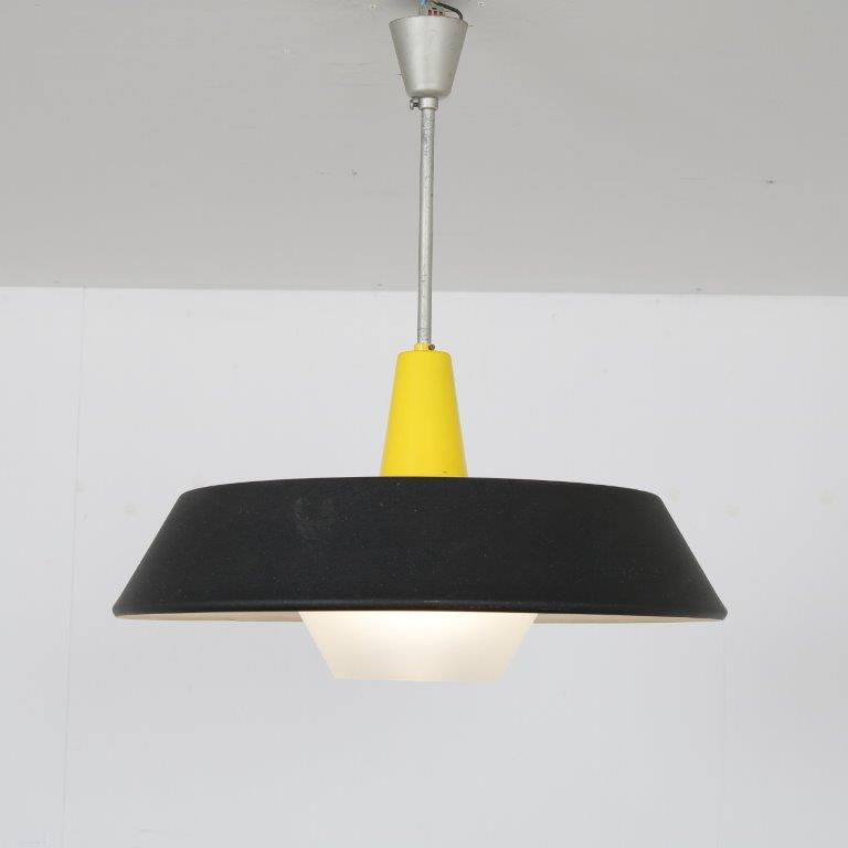 L4606 L4565 1950s hanging lamp black with yellow metal with white plastic diffuser Louis Kalff Philips