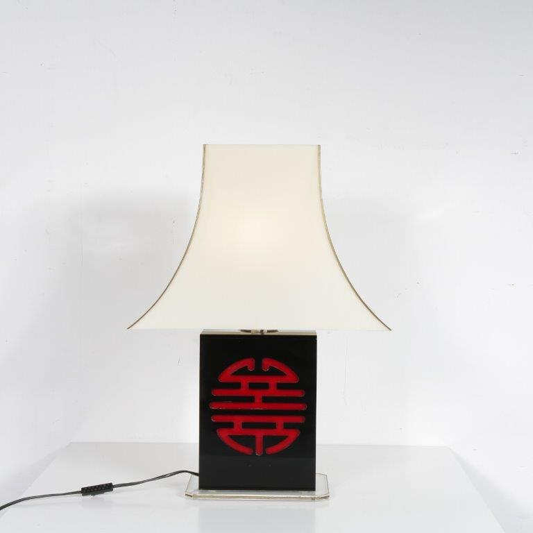 L4587 1970s Lucite table lamp with Chinese sign in base Belgium